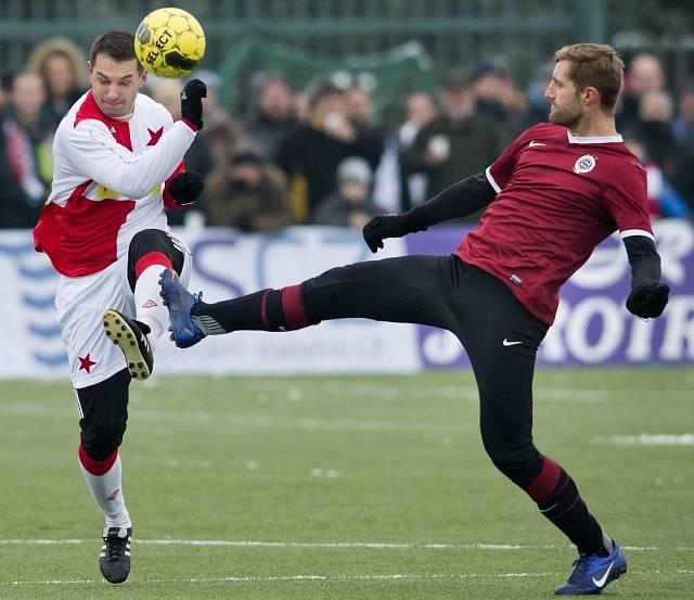 Silvestrovské derby: Milan Fukal ze Sparty (vpravo) a Pavel Kuka ze Slavie.