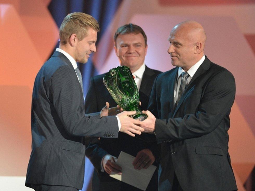 Matěj Vydra (vlevo) s cenou pro talent roku při vyhlášení ankety Fotbalista roku.