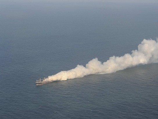 Hořící loď Purple Beach.