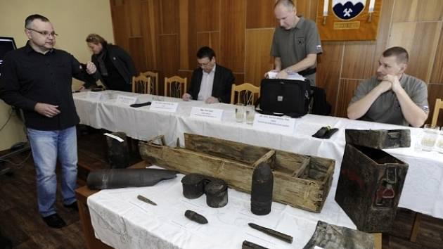 Tisková konference Archeologického ústavu Akademie věd ČR. V popředí nalezené pozůstatky z období druhé světové války.
