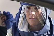 Zdravotníce odebírá vzorek pro test na koronavirus v americkém Salt Lake City, 5. listopadu 2020