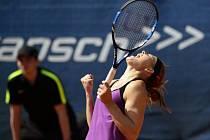 Lucie Šafářová se raduje z triumfu na turnaji v Praze.