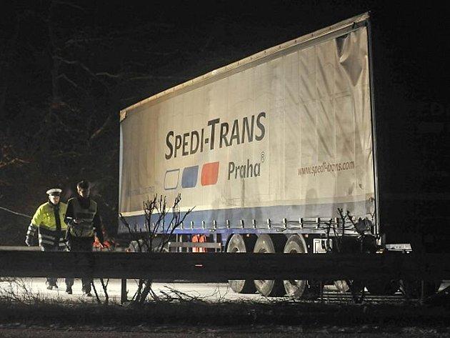 Na namrzlé dálnici D1 na Vysočině ve směru na Prahu se stala 11. března před 18:00 hromadná nehoda. Na 142. kilometru havarovaly asi tři kamiony a několik osobních vozidel. Provoz ve směru na Prahu byl přes dvě hodiny uzavřen a tvořily se kolony.
