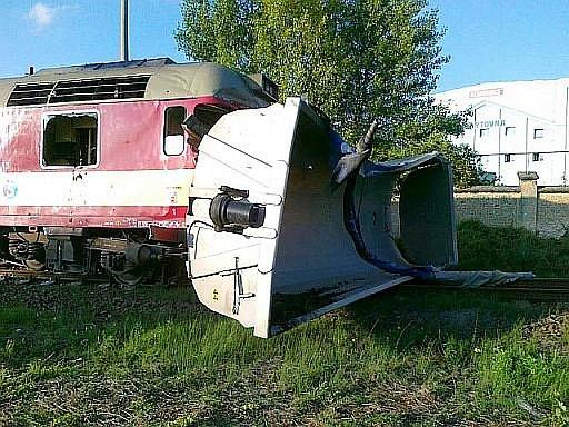 V Praze-Čakovicích se v pátek vpodvečer srazil motorový vlak s nákladním autem. Vlak se čtyřiceti cestujícími po nárazu vykolejil.