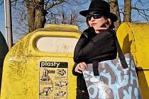 """""""Pro jednoho odpad, pro druhého poklad,"""" praví přísloví, v jehož duchu Karin Toopová vyrábí oděvy a designérské bytové kousky z použitých materiálů."""