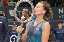 Barbora Strýcová s trofejí pro vítězku turnaje v Linci.