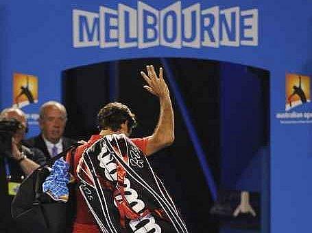 Roger Federer zklamaně opouští kurt.