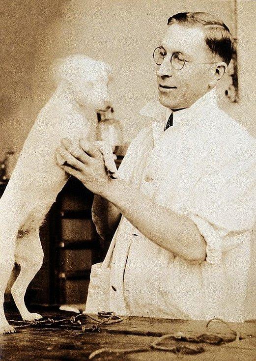 Frederick Banting s jedním ze svých pokusných psů
