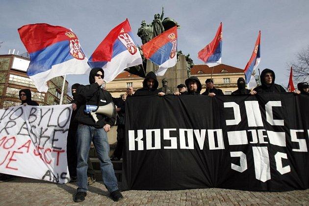 Asi stovka příznivců extremistické organizace Autonomní nacionalisté Střední Čechy demonstrovala proti uznání samostatného Kosova.