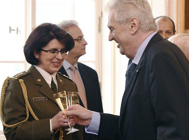 Prezident Miloš Zeman si připíjí s Lenkou Šmerdovou, poté co ji 8. května na Pražském hradě povýšil jako první ženu české armády do hodnosti generálky.