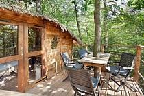 Domek na stromě skrývá pohodlí. Vyzkoušet si pobyt ve výšce můžete v areálu Stromhouse ve Vlkančicích.