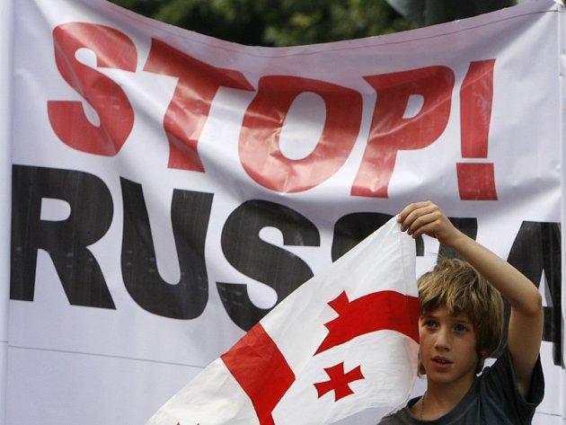 Zatímco se v centru Tbilisi konala statisícová demonstrace proti Ruské agresi, politici jednali o podmínkách, za kterých by se nejistý klid zbraní změnil ve skutečný mír.