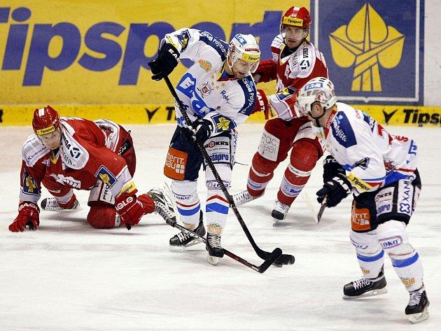 Hokejisté Pardubic (v bílém) proti Třinci.