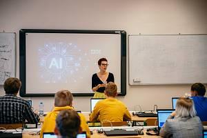 Monika Kukoľ Sochorová, P-TECH programová manažerka se studenty během P-TECH výuky