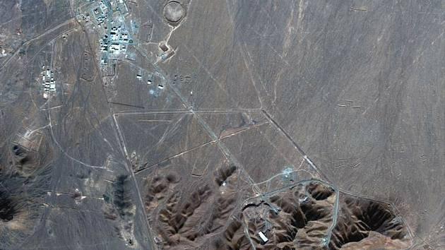 Satelitní snímek podzemního zařízení Fordo, kde Írán obohacuje uran.
