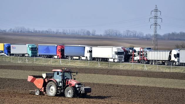 Kolona kamionů na dálnici D2 u Břeclavi
