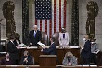 Předsedkyně americké Sněmovny reprezentantů Nancy Pelosiová (vpravo) a víceprezident Mike Pence.