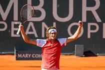 Německý tenista Alexander Zverev se raduje z postupu do 2. kola turnaje v Hamburku.
