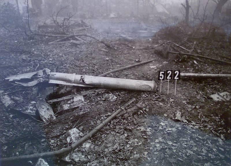 Suchdol, 30. října 1975. Snímek z vyšetřování. Číslice označují polohu jednotlivých trosek