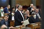 Maďarský premiér Viktor Orbán (uprostřed) v parlamentu