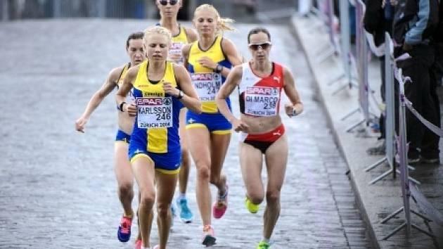 Běžkyně na trati maratonu na ME v Curychu.
