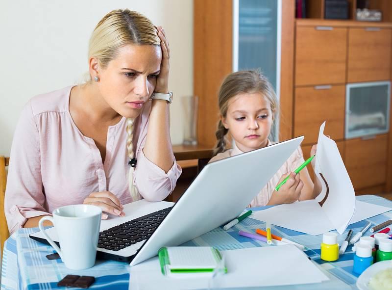 V Česku jde na rodičovskou dovolenou v drtivé většině případů právě matka.