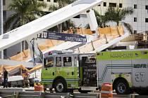 V Miami se zřítila rozestavěná lávka pro pěší