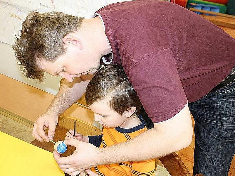 Speciální mateřská škola v Nymburce zažila v pátek 15. dubna 2011 velmi příjemné odpoledne při tvoření velikonoční výzdoby.