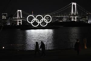 Svítící olympijské kruhy v Tokiu u  parku Odaiba.