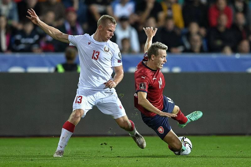 Utkání skupiny E kvalifikace mistrovství světa ve fotbale: Česko - Bělorusko, 2. září 2021 V Ostravě. (zleva) Nikolai Zolotov z Běloruska a Jakub Jankto z ČR.