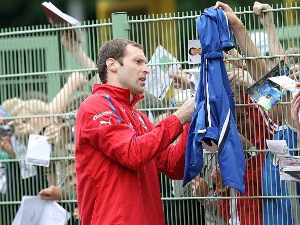 Petr Čech rozdává fanouškům podpisy.