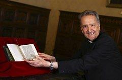 Prefekt Vatikánské knihovny, biskup Ceasare Pasini, s kopií dopisu Kryštofa Kolumba, která se vrátila ze Spojených států do Vatikánu.
