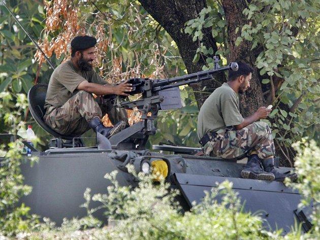 Pakistánští vojáci na pozicích blízko Lal Masjid.