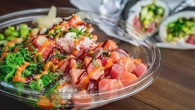Havajská miska poké bowl patří v současnosti k největším trendům v gastronomii.