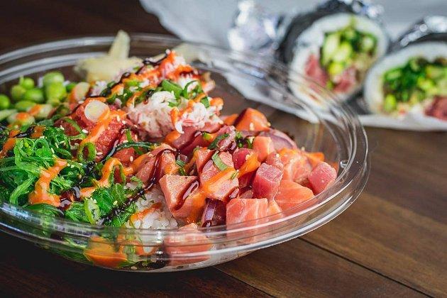 Havajská miska poké bowl patří vsoučasnosti knejvětším trendům vgastronomii.