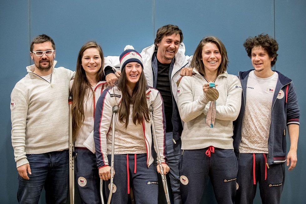Marek Jelínek (první zleva), trenér snowboardistky Evy Samkové (druhá zprava) a další členové výpravy po příletu z olympijských her v Pchjongčchangu