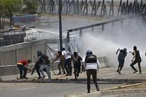 Protivládní demonstranti během střetů s bezpečnostními složkami u vojenské základny na okraji Caracasu (1. května 2019).