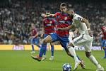 Real Madrid – FC Viktoria Plzeň. Karim Benzema uniká Lukáši Hejdovi.