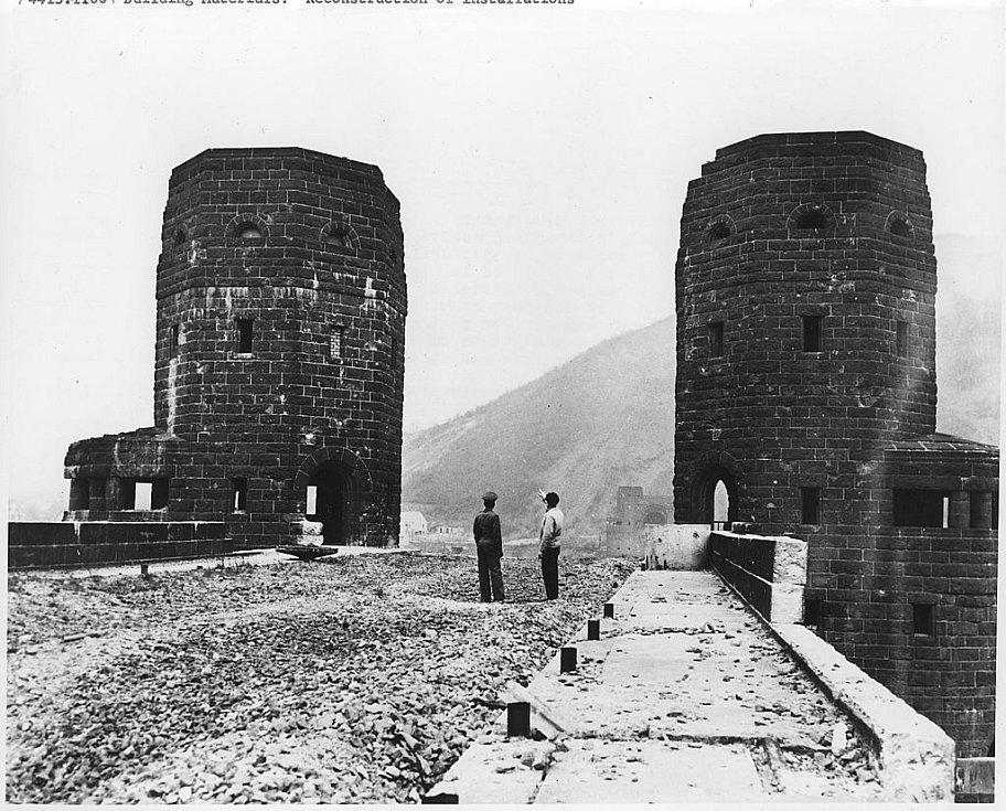 Čedičové obranné věže mostu u Remagenu poté, co se most samotný zhroutil do Rýna