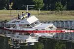 Majitel jachty nezvládl manévr a narazil do stěny kanálu. Loď se potopila