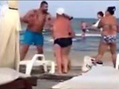 Mafián plival na pláži na dovolenkáře, kteří od něj nechtěli lehátka.