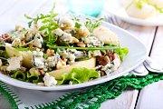 Salát s hruškami, plísňovým sýrem a vlašskými ořechy