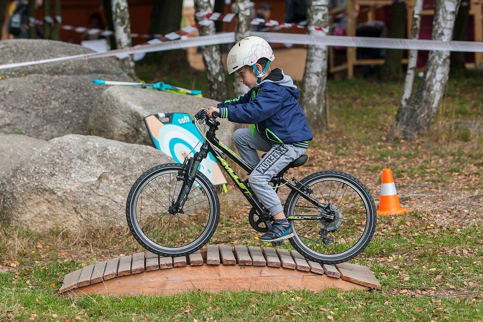 Tanvaldské slavností. Pro děti byla připravena překážková cyklistická dráha.