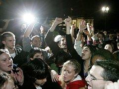 Příznivci demokratů oslavují vítězství u Bílého domu ve Washingtonu.