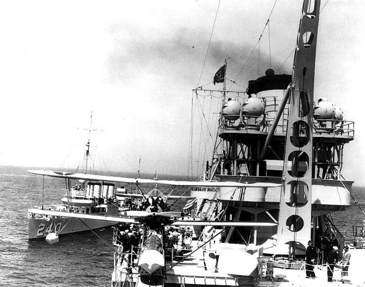 Pohled od přední paluby na zadní nástavbu Indianapolisu, vlevo loď Sturtevant