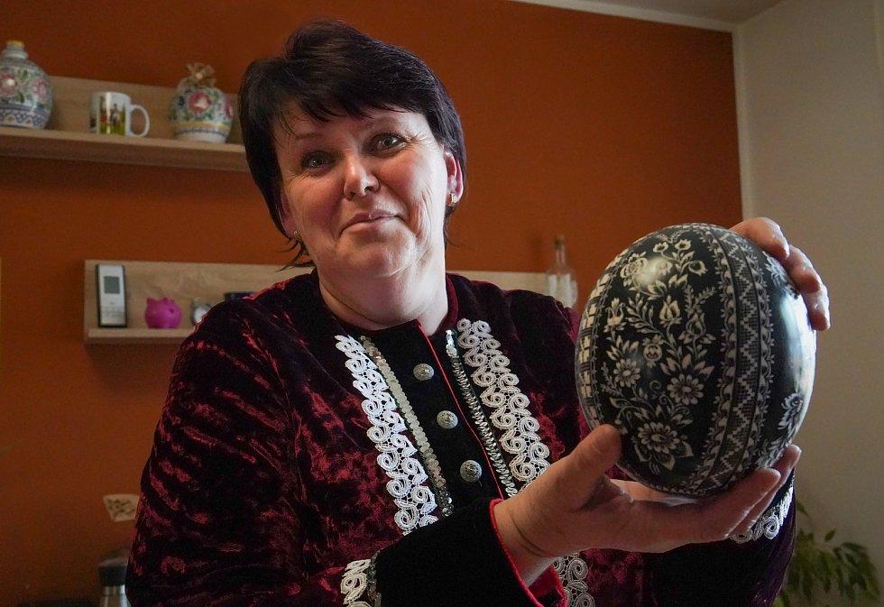 Miroslava Pavlíková vytváří kraslice před Velikonocemi tradiční technikou vyškrabování vzoru do tmavě nabarveného vyfouklého vejce. Ve své sbírce má i dvaceticentimetrový kousek. Vacenovice na Hodonínsku.