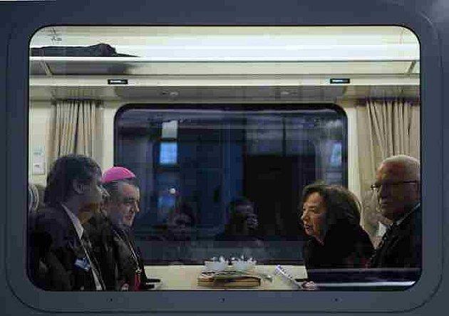 Prezident Václav Klaus (vpravo) s manželkou Livií, premiér Jan Fischer (vlevo) a pražský arcibiskup Dominik Duka čekají na odjezd vlaku, ve kterém 18. dubna ráno odcestovali z Prahy do Polska na pohřeb tragicky zesnulého polského prezidentského páru.