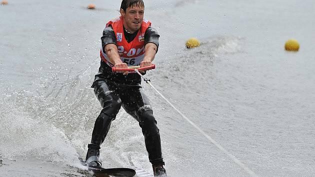 Český běžec na lyžích Martin Koukal si vyzkoušel ty vodní.
