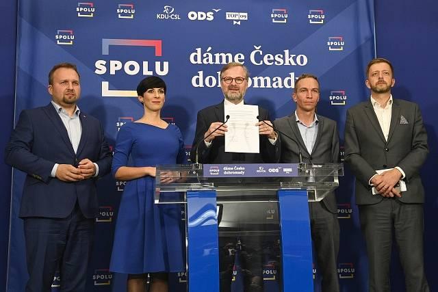 Představitelé koalice SPOLU Marian Jurečka (vlevo), Markéta Pekarová Adamová, Petr Fiala (uprostřed), předseda Pirátů Ivan Bartoš a předseda hnutí STAN Vít Rakušan vystoupili na tiskové konferenci po společném jednání.