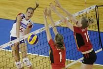 Helena Havelková (vlevo) smečuje proti Belgii.